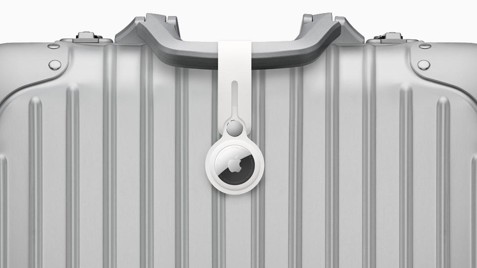 配有聚氨酯扣环的 AirTag 附在行李上。