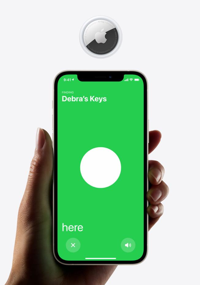 一部显示 AirTag 查找页面的 iPhone 12 与一枚 AirTag 设备。