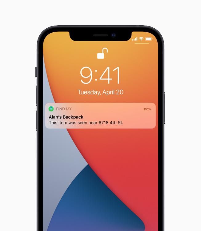 """一台 iPhone 12 正在显示""""查找"""" app 发送的通知,告知用户丢失背包的下落。"""