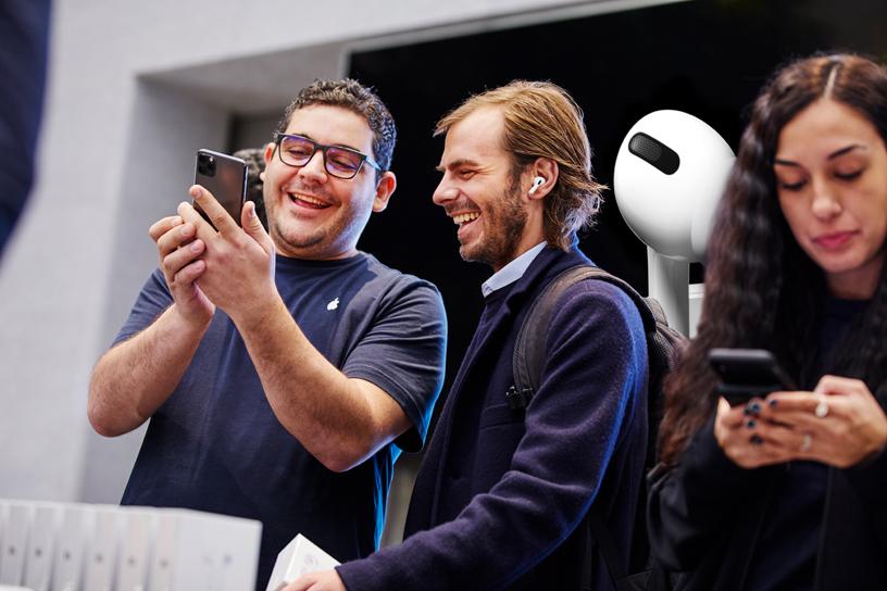 Apple Piazza Liberty 店内,一位工作人员协助顾客设置 AirPods Pro。