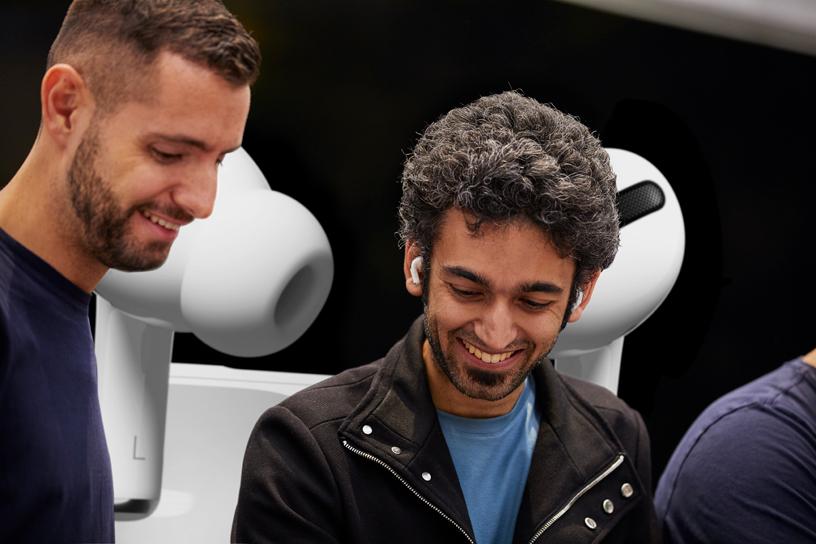 Apple Piazza Liberty 店内,一位工作人员协助顾客使用 AirPods Pro。