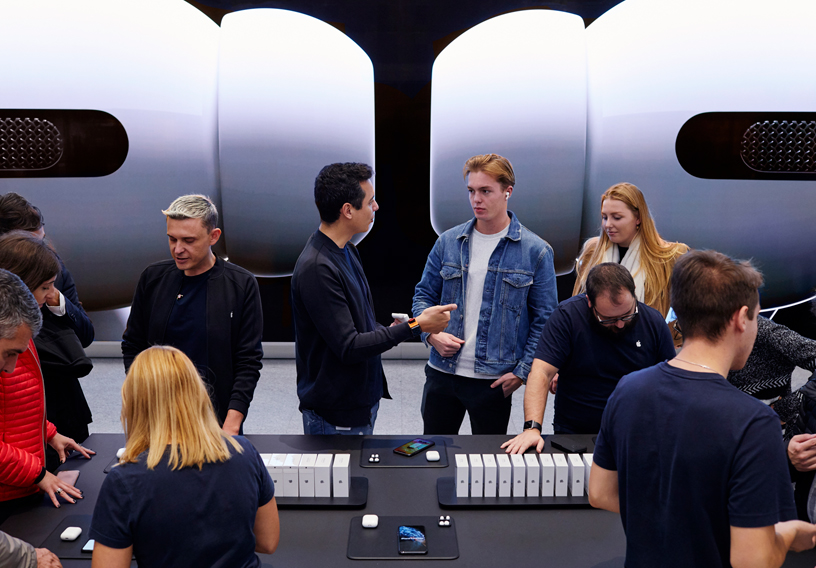 米兰 Apple Piazza Liberty 店内的顾客试用新款 AirPods Pro。