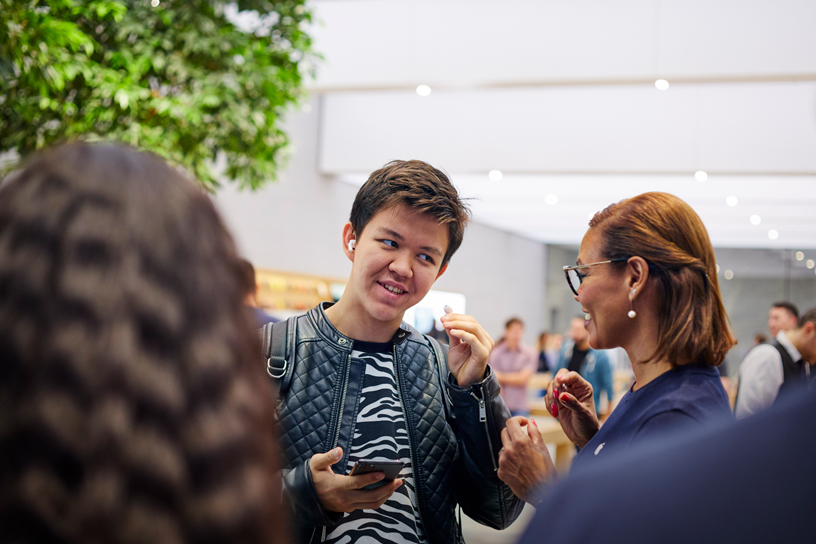 米兰 Apple Piazza Liberty 店内的顾客试戴 AirPods Pro。