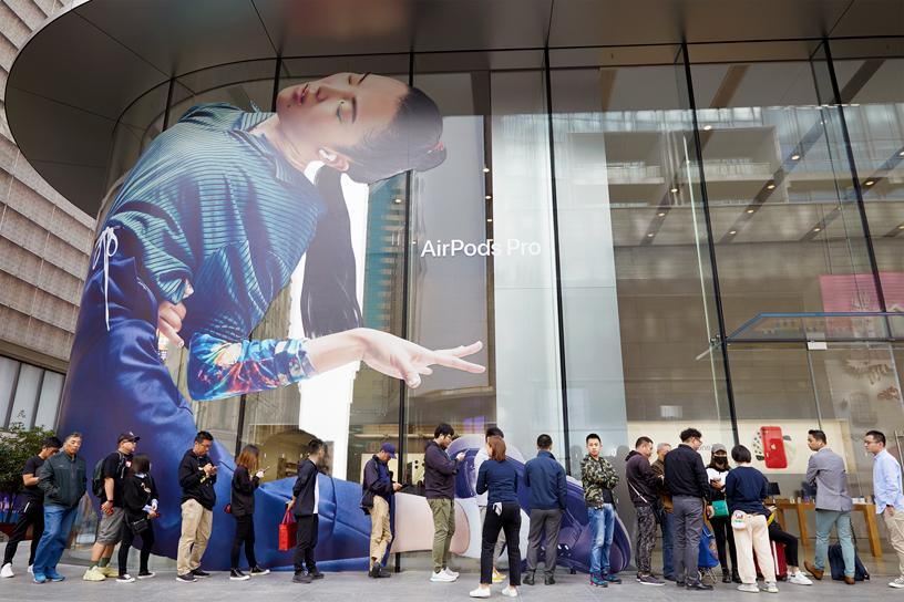 顾客在上海 Apple 南京东路店外排队等候。