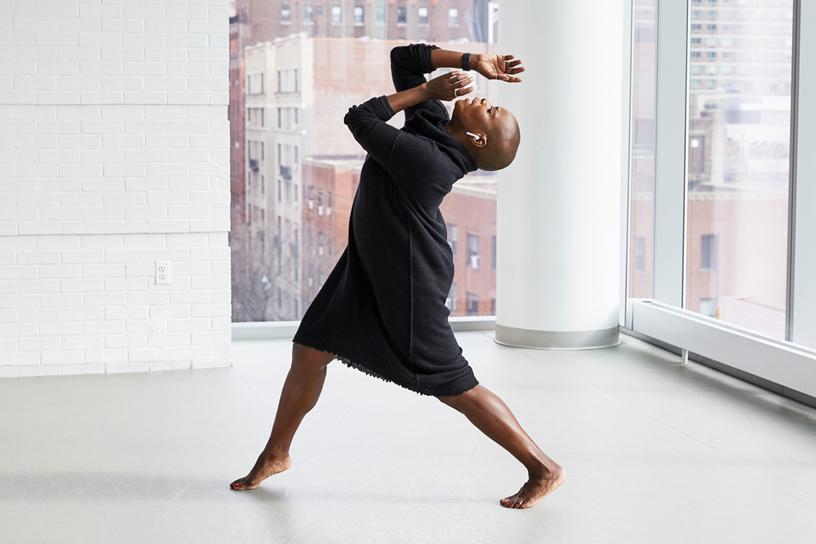 Hope Boykin 戴着 AirPods 在艾利学院跳舞。