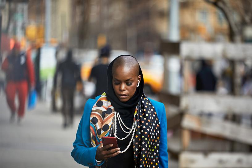 Hope Boykin 漫步在纽约市街道上。