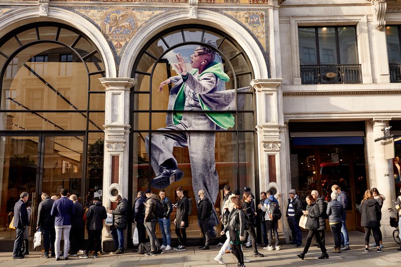 顾客在伦敦 Apple Regent Street 店外排队等候。