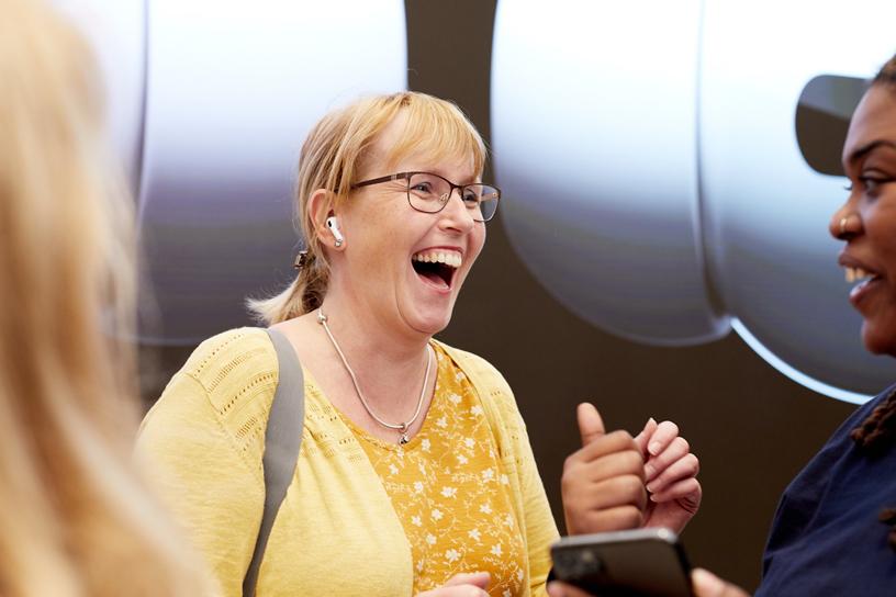 伦敦 Apple Regent Street 店内,一位 Apple 工作人员迎接首批 AirPods Pro 顾客。