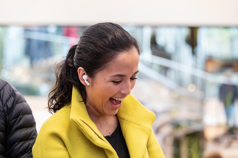 纽约 Apple Fifth Avenue 店内,一位顾客试戴 AirPods Pro。