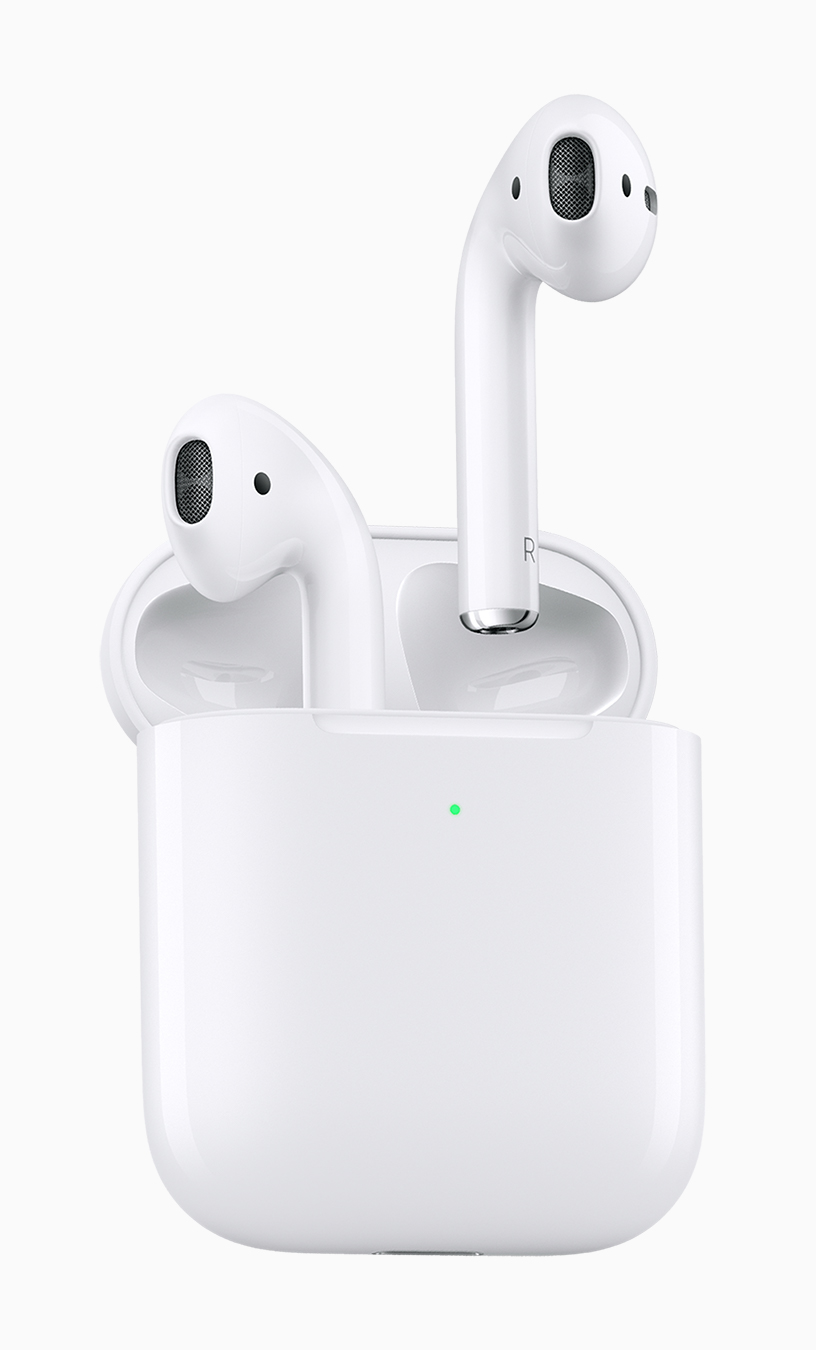 AirPods 放在充电盒内。