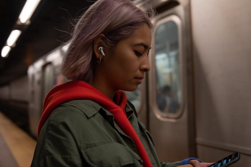 一位 AirPods Pro 用户正在等地铁。