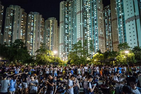 香港的夜晚,人们在公园里玩 Pokémon Go。