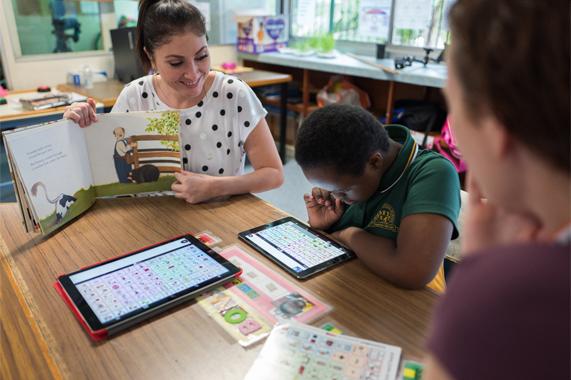 一名教师正在使用 iPad 指导学生。