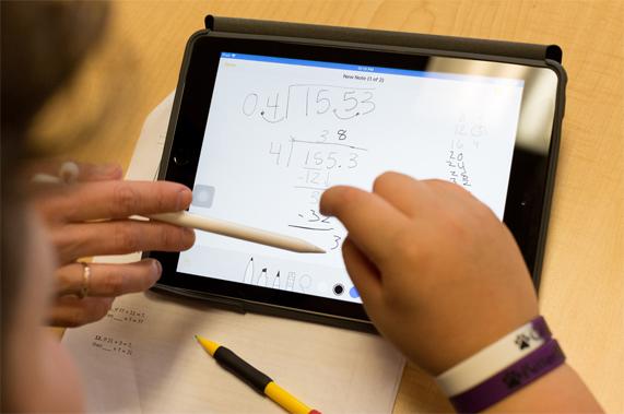 使用 Apple Pencil 在 iPad 上做长除法运算。