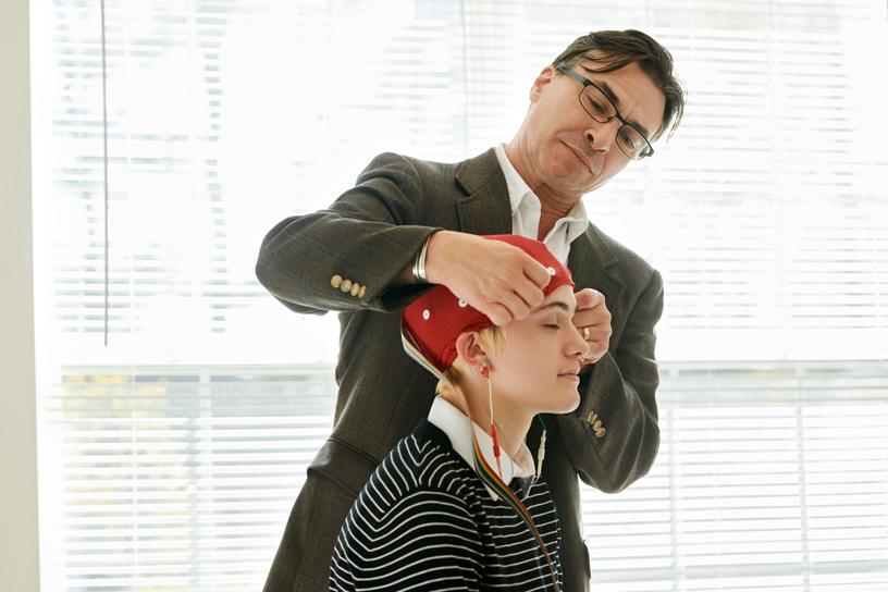 Jeff Tarrant 博士为 Healium AR 的团队成员安排 EEG 检查。