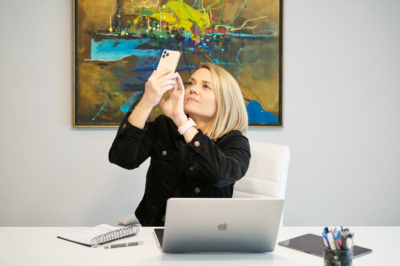 Sarah Hill 在她办公室的 iPhone 11 Pro 上使用 Healium AR app。