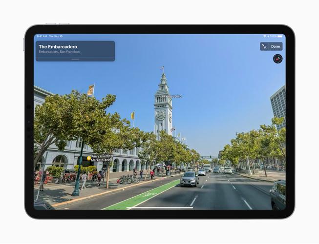 iPhone 11 Pro 屏幕上显示地图 app 的四处看看功能。
