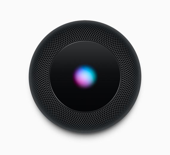照片以俯视角度展示黑色的 HomePod。