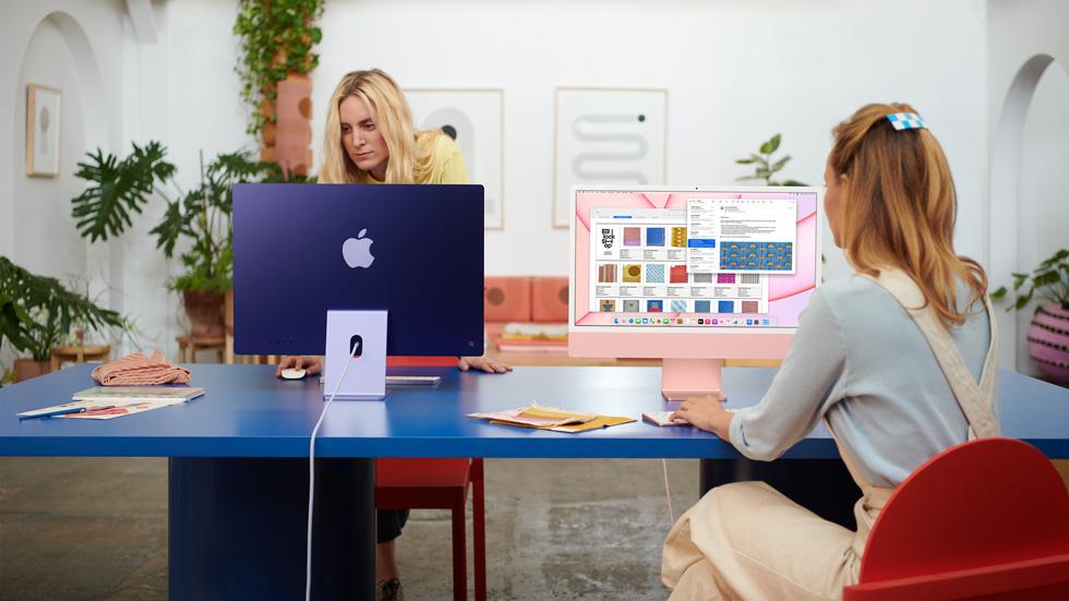 两名女性在共享工作空间里使用她们的 iMac。