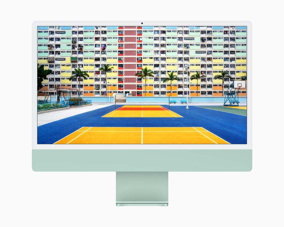 iMac 的 4.5K 视网膜显示屏正在展示色彩鲜艳丰富的户外网球场照片。