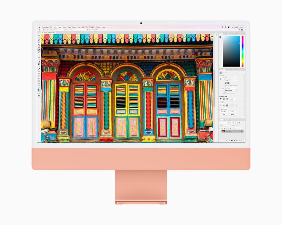 在一台橙色 iMac 上,Photoshop 中正在编辑一张图片。
