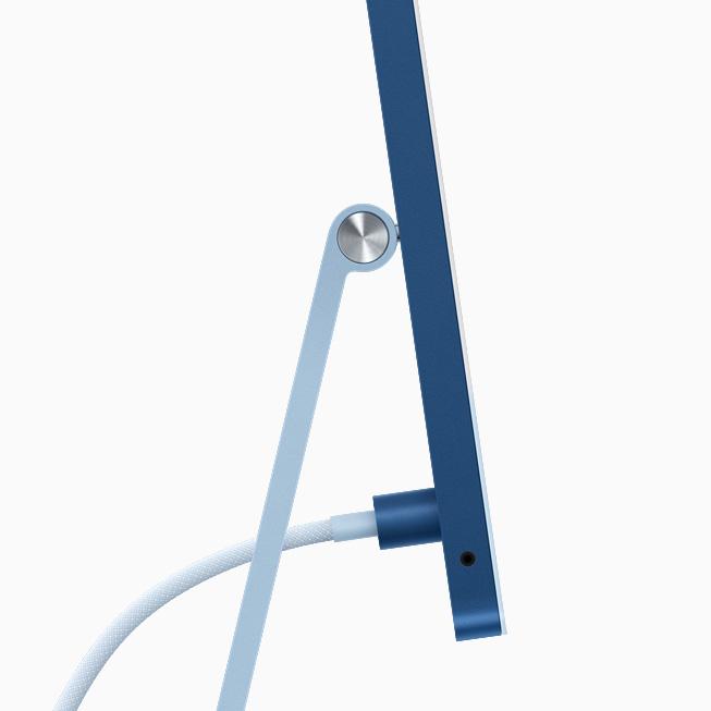 蓝色 iMac 的侧视图,展示电源连接器与同色编织电源线。