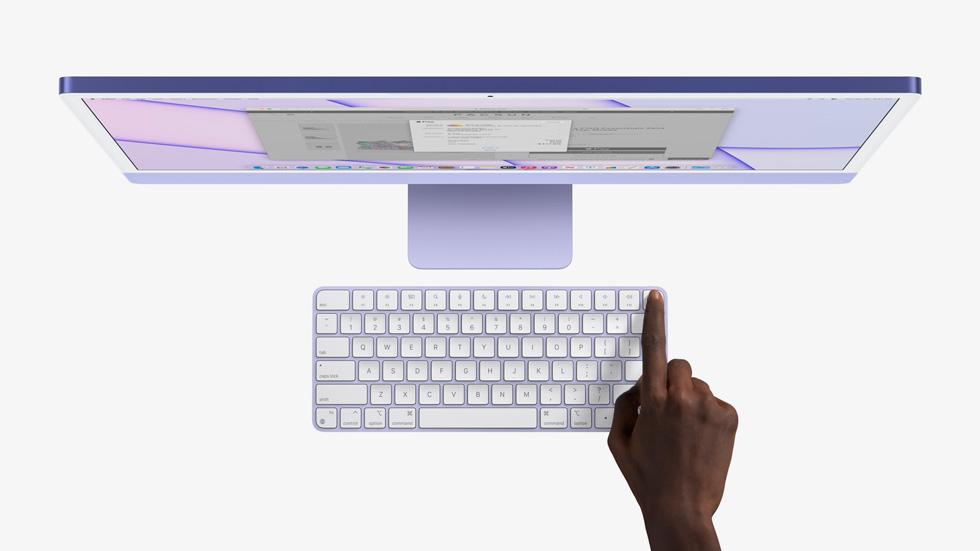 用手指在妙控键盘上轻按触控 ID,启动 iMac。