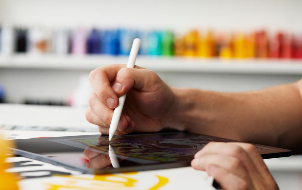 """Eric """"Efdot"""" Friedensohn 在 iPad Pro 上使用 Apple Pencil 绘画。"""