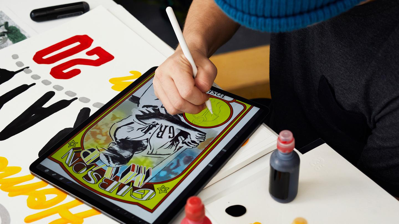 "Eric ""Efdot"" Friedensohn 在使用 iPad Pro 和 Apple Pencil。"