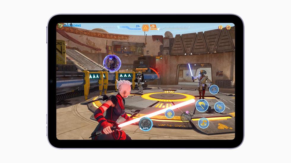 用搭载 A15 仿生芯片的新款 iPad mini 玩游戏。