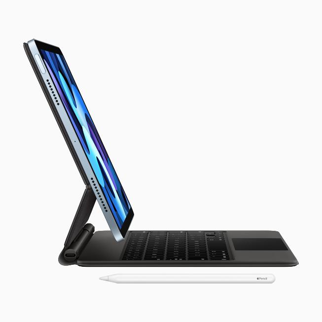 iPad Air 与内置触控板的妙控键盘的侧视图,以及 Apple Pencil。