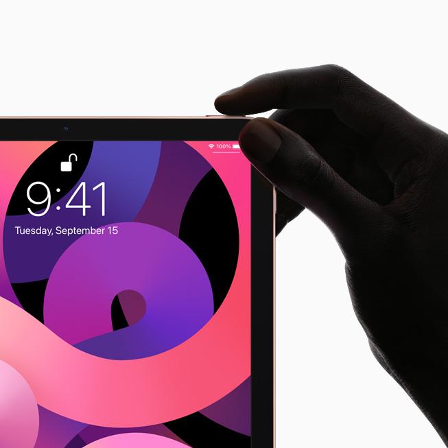 iPad 前视图,展示全面屏设计和配备触控 ID 传感器的顶部按钮。