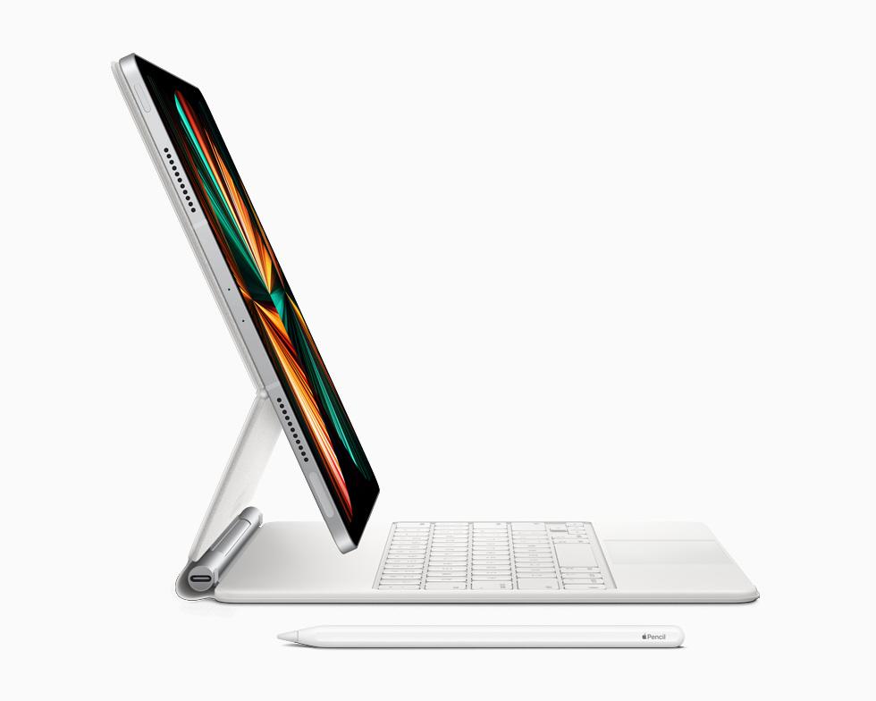 搭配 Apple Pencil 和妙控键盘的 iPad Pro。
