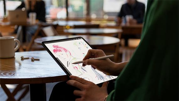 用户使用 Apple Pencil 在 iPad Pro 上绘画。
