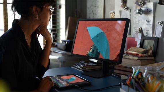 用户使用 iPad Pro 的 USB-C 接口连接其他设备。