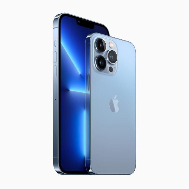 通过侧向角度展示 iPhone 13 Pro 和 iPhone 13 Pro Max 的正面与背面。