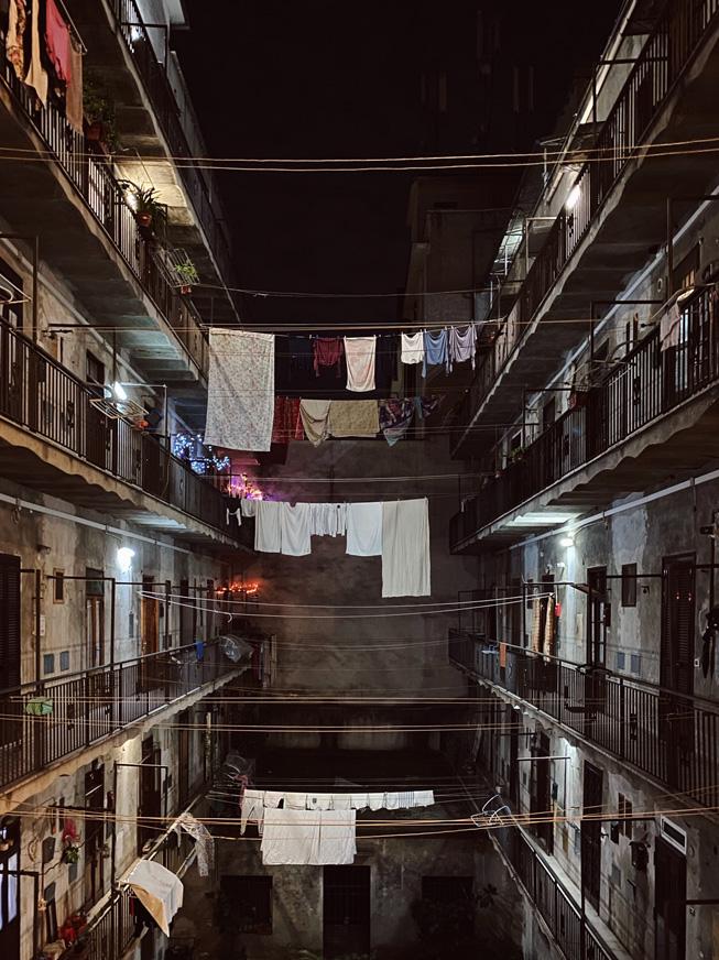 悬挂在公寓大楼之间晾衣绳上的衣物
