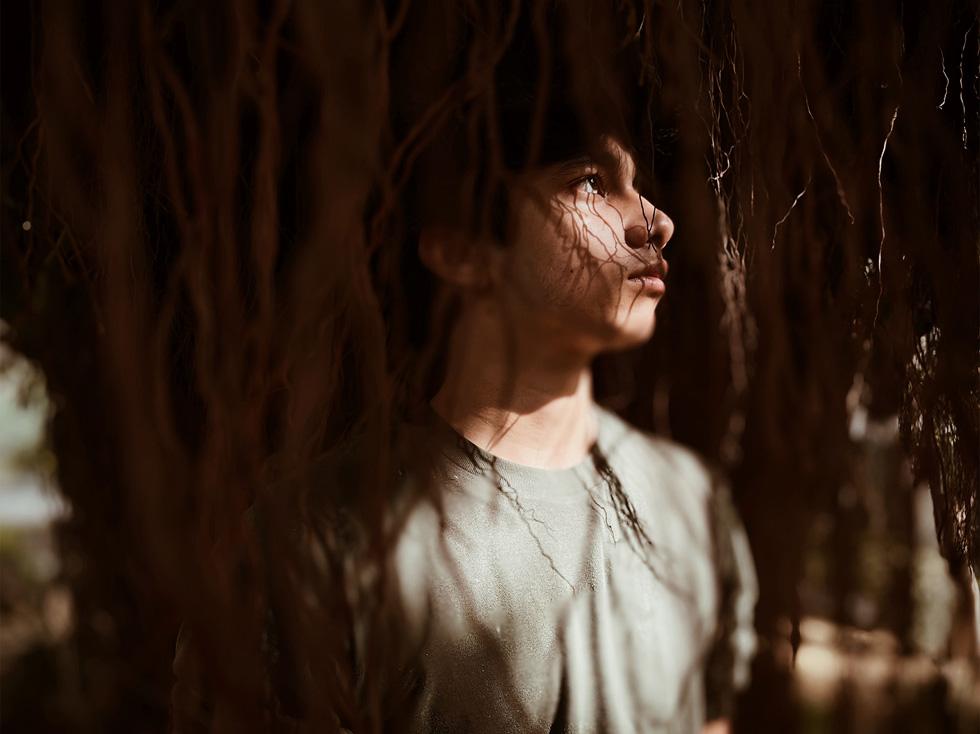 在男孩脸上驻留的光和影。
