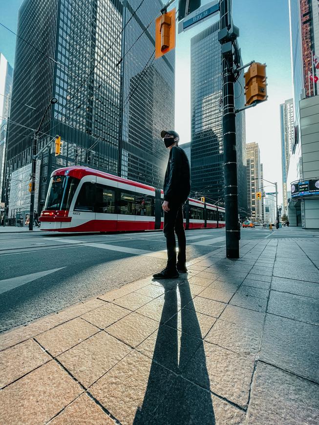一个人在城市街道上投下长长的影子。