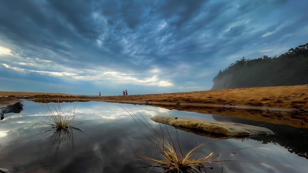 一片水域反射出上方天空的倒影。