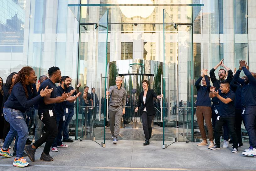 Tim Cook、Deirdre O'Brien 以及 Apple Fifth Avenue 的 Apple 员工欢聚一堂。