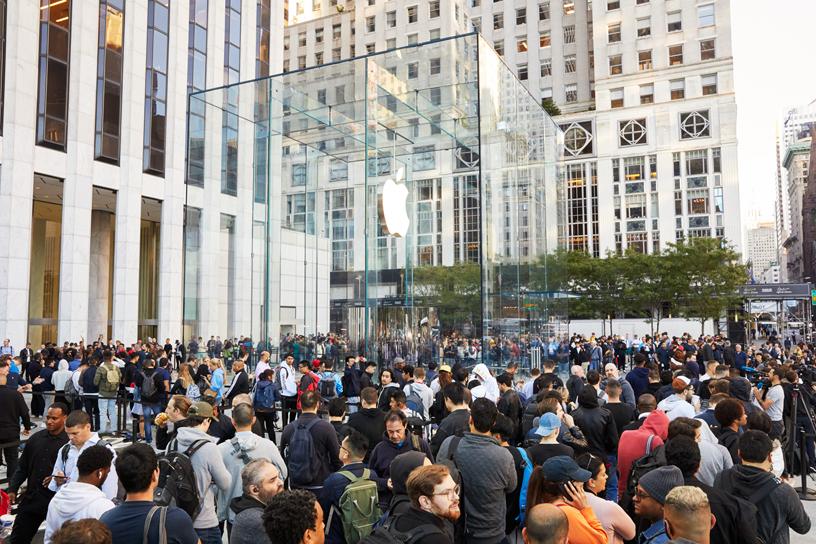 全新 Apple Fifth Avenue 店外宾客云集