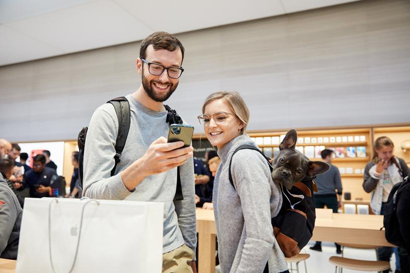 顾客使用新款 iPhone 11 Pro Max。