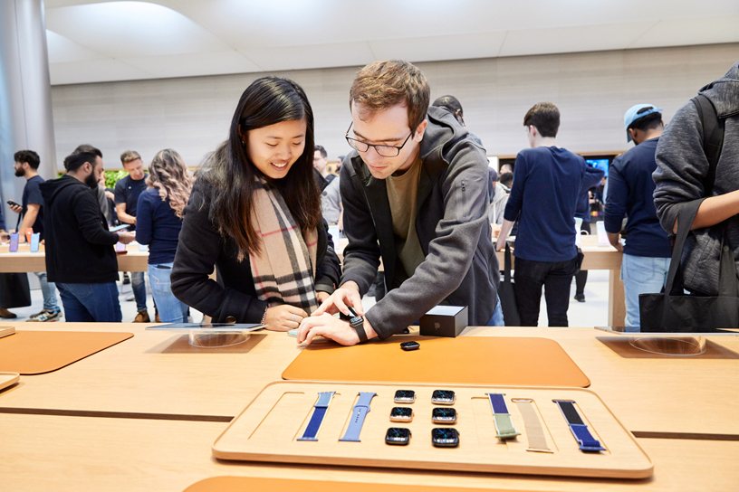 顾客在全新推出的 Apple Watch 定制坊中试戴 Apple Watch Series 5。