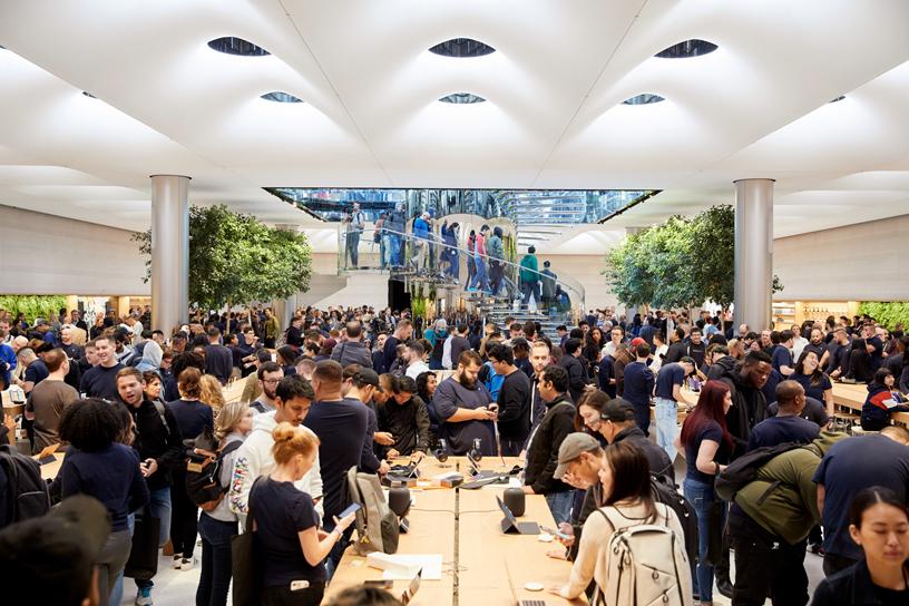 Apple Fifth Avenue 店内熙攘熙攘的顾客。