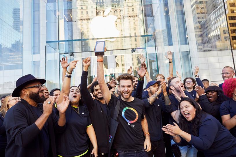 Apple 员工和购买了 iPhone 11 Pro 的顾客在 Apple Fifth Avenue 店外。