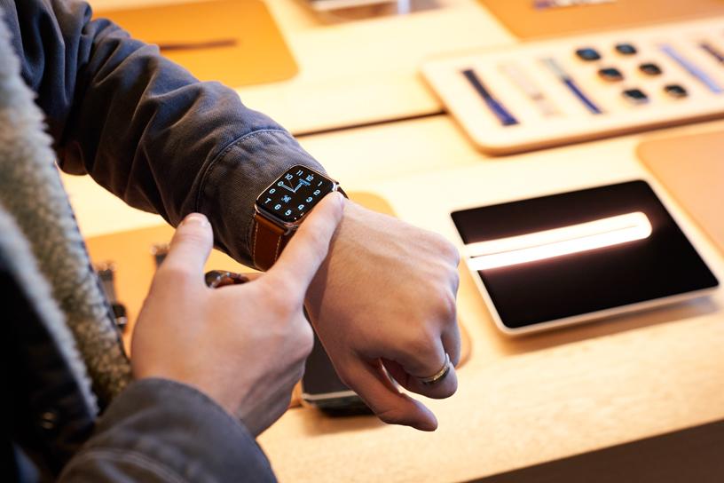 顾客在 Apple Champs-Élysées 店内试戴 Apple Watch Series 5。