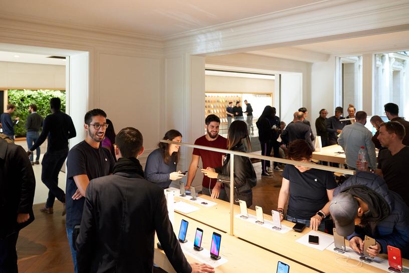 Apple Champs-Élysées 店内顾客云集。