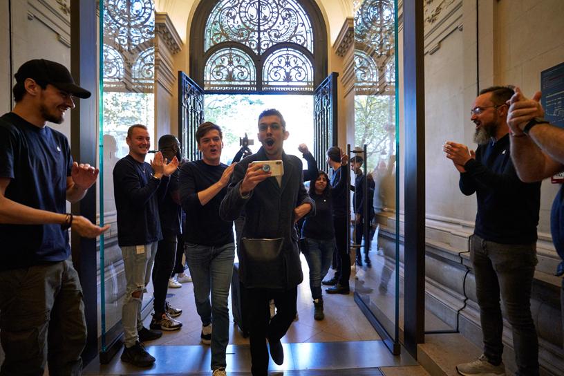 Apple Champs-Élysées 的 Apple 员工迎接到店的顾客。