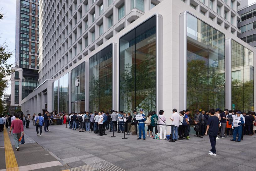 Apple Marunouchi 店外排队等候的人群。